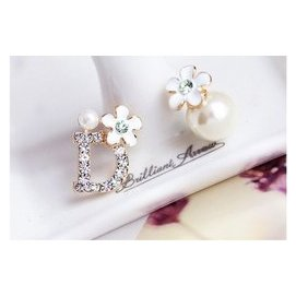 SingY 漾~~A00223~韓系鑲鑽字母珍珠花朵不對稱夾式耳環
