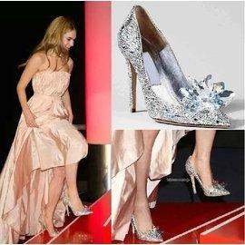 ~快樂購~灰姑娘同款水晶婚鞋 尖頭高跟鞋水鉆單鞋淺口大碼新娘鞋伴娘女鞋羊皮內�媊_石鑲嵌