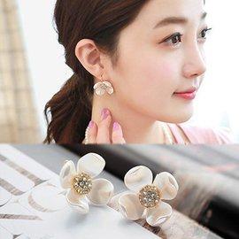 ╭蕾兒0509╮BB064~韓國精工貴氣逼人潔白閃耀花朵耳釘耳針耳環