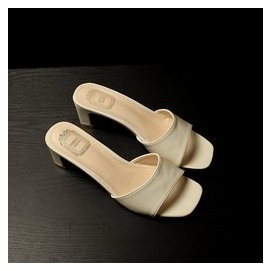 拖鞋女夏 一字型中跟粗跟皮面漆皮露趾舒適簡約