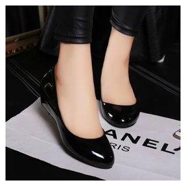 坡跟圓頭淺口女漆皮單鞋甜美紅色婚鞋 工作四季鞋女中跟黑色