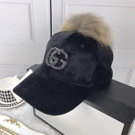 Gucci絨面棒球帽狐貍毛球